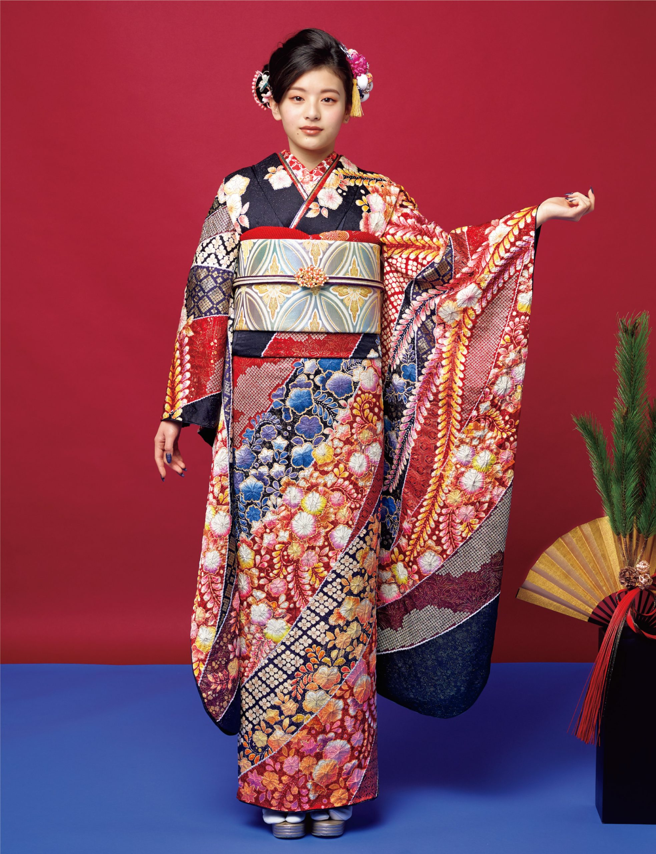 濃紺の生地は金糸で彩られ、落ち着いた赤と紫の絞りを駆使した風合いが絶妙。幻想的な花と吉祥柄は極上の品位をたたえ、まるで貴婦人のような立ち姿。