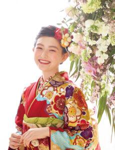 王道の赤い振袖、長寿を願う菊を贅沢に。小付けの七宝や亀甲、雲取りなど縁起のよいモチーフを携え、高貴な佇まいに胸が高鳴るよう。