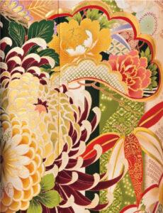 品の良さがにじみ出る胡粉色をベースに、幸せを呼び込む色とりどりの花。金色に輝く菊はあでやかに咲き誇り、端正な着姿へと導きます。