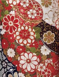 清涼感のある白い地色と、たおやかに配された吉祥の花々が織りなす絢爛さ。贅を尽くした絞りがゆかしい風情をなびかせながら、人生の良き日を祝います。
