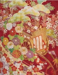 御所車が王朝絵巻の一幕のごとく情感を誘う晴れ着。めでた尽くしの文様が寿ぎを告げ、色鮮やかな几帳も優雅な風景を印象づけます。