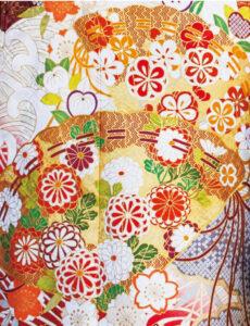ゴージャスな扇面の中で咲き誇る菊たちが抒情的。流れるように配された摺疋田や波の文様が、一つひとつの所作を艶っぽく彩ります。