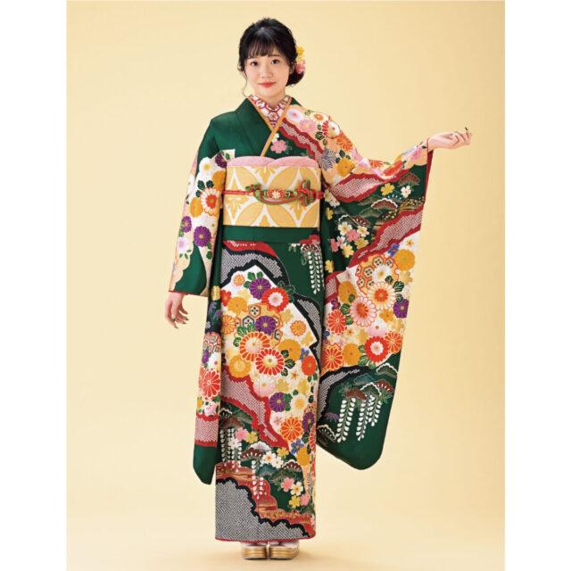 子孫繁栄を願う藤と長寿のシンボルである松の組み合わせは、末永い幸せの象徴。表情を明るく引き立てる緑を生かした、遊び心あるコーディネートを。