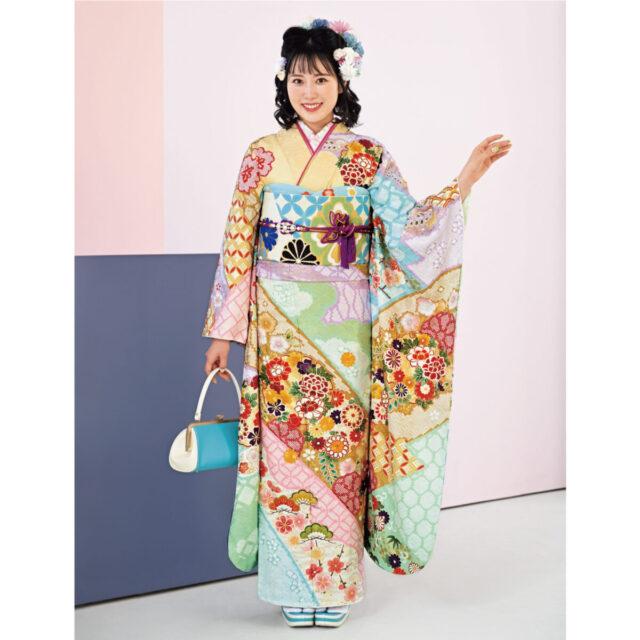 パステル調のやさしい色の重なりに、自然と笑みがこぼれるよう。牡丹や桜、七宝などめでたい絵柄を散りばめ、はんなりとした趣を感じさせます。
