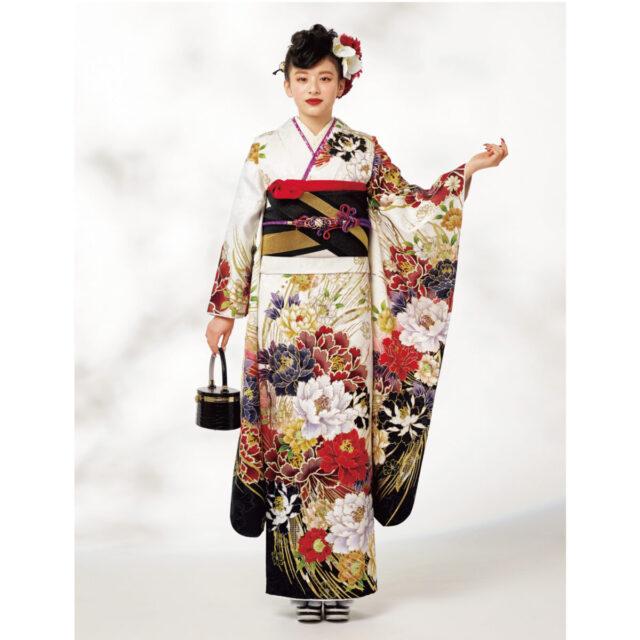 コントラストが生きる地色に洋風モダンな紅の牡丹。乱菊を思わせる金彩がさまざまな情景を呼びおこさせ、ワンランク上の着姿の完成。